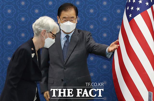 자리 안내하는 정의용 외교부 장관.