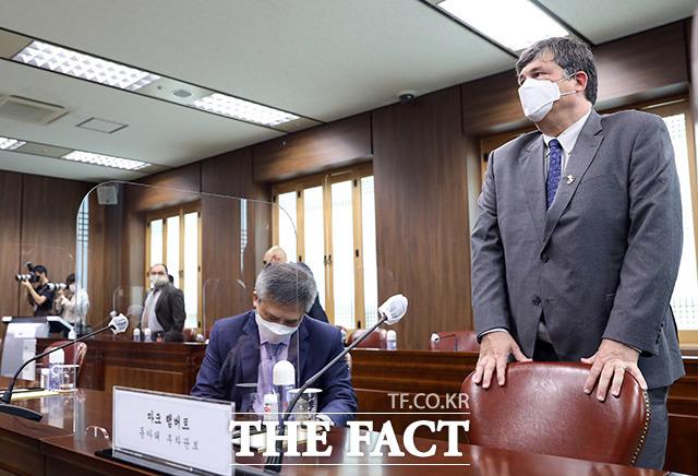 마크 램버트 미국 동아태 부차관보가 웬디 셔먼 미국 국무부 부장관의 정의용 외교부 장관 예방에 동석하고 있다.