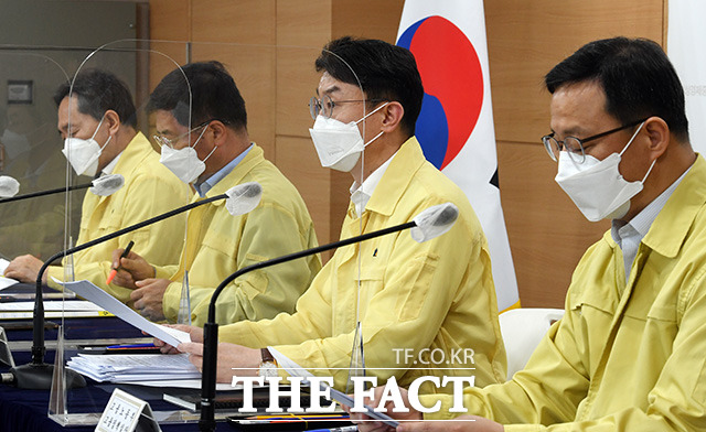 이억원 기획재정부 차관(왼쪽 세번째)이 22일 오후 서울 종로구 정부서울청사 합동브리핑실에서 열린 비상경제 중앙대책본부회의 겸 한국판뉴딜 관계장관회의 관련 브리핑을 하고 있다./임영무 기자