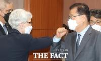 웬디 셔먼 미 국무부 부장관과 인사하는 정의용 장관 [포토]