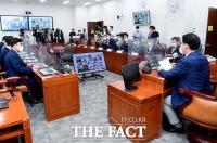 '코로나 막아라!'…화상으로 진행된 더불어민주당 의원총회 [TF사진관]
