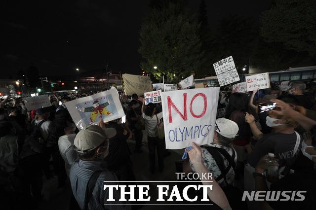 이들은 일본 정부가 코로나19 팬데믹 속에서 도쿄올림픽을 강행했고 국민들을 파탄으로 몰아넣고 있다고 주장했다. /도쿄=AP.뉴시스