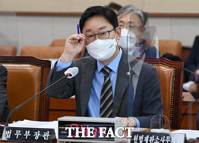 박범계 법무부 장관이 22일 오후 서울 여의도 국회에서 열린 법제사법위원회 전체회의에 출석해 의원들의 질의를 듣고 있다. /국회=이선화 기자