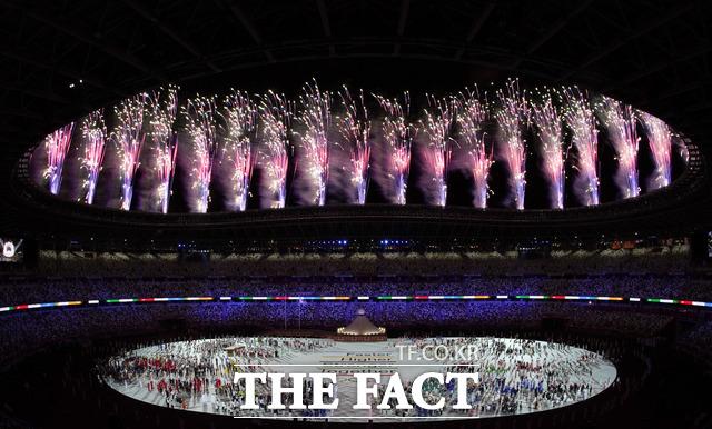 코로나 팬데믹으로 무관중으로 열린 이날 개막식에는 행사 참여 인원이 리우 올림픽의 3분의 1 수준으로 줄었고, 각국 선수단 역시 일부만 참석했다. /도쿄=AP.뉴시스