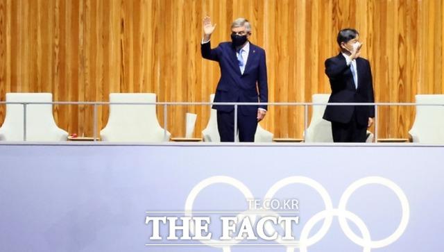 손 흔드는 토마스 바흐 국제올림픽위원회(IOC) 위원장과 나루히토 일왕. /도쿄=AP.뉴시스