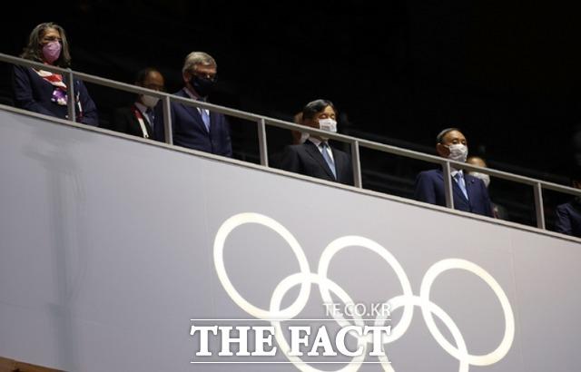 2020 도쿄올림픽 개회식이 23일 오후 일본 도쿄 올림픽 스타디움에서 열려 토마스 바흐 국제올림픽위원회(IOC) 위원장과 나루히토 일왕, 스가 요시히데 총리 등이 개회식에 참석하고 있다. /도쿄=AP.뉴시스