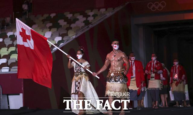 통가 근육맨으로 친숙한 피타 타우파토푸아가 리우올림픽과 평창 동계올림픽에 이어 세 번째로 통가 기수로 등장했다. /도쿄=AP.뉴시스