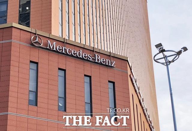 22일(현지시간) 미 경제매체 CNBC에 따르면 메르세데스-벤츠 자동차를 제조하는 독일 최대의 자동차 기업 다임러는오는 2030년부터 오직 전기차(EV)만을 판매한다는 방침을 밝혔다. /더팩트 DB