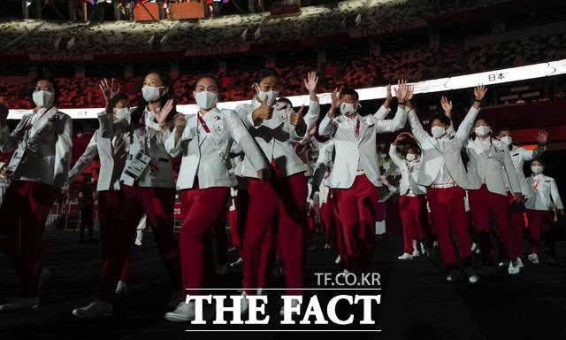 23일 오후 일본 도쿄 국립경기장에서 열린 2020 도쿄올림픽 개회식에서 일본선수들이 입장하고 있다. /도쿄=AP.뉴시스