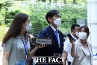 '담담한 표정'으로 법정 향하는 조국 전 장관 [TF사진관]