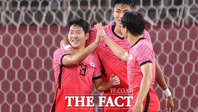 2020 도쿄올림픽 남자축구 조별리그 B조 2차전 대한민국과 루마니아의 경기가 25일 오후 일본 이바라키 가시마 스타디움에서 열린 가운데 이강인(왼쪽)이 득점 후 동료들의 축하를 받고 있다. /가시마=뉴시스