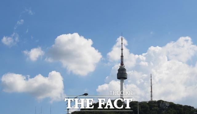 전국 대부분 지역에 폭염 특보가 발효되는 등 연일 무더위가 기승을 부리고 있다. 서울 중구 명동에서 바라 본 서울N타워 위로 푸른 하늘과 구름이 펼쳐져 있다. / 이새롬 기자