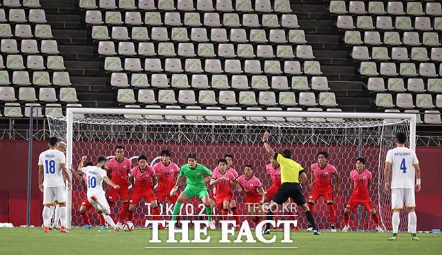 송범근의 실수로 간접 프리킥 위험을 맞은 대표팀.
