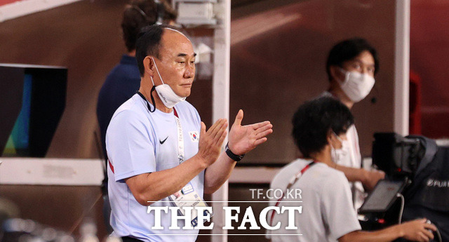 고생한 대표팀에게 박수 보내는 김학범 감독.
