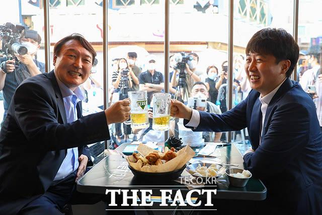 이준석 국민의힘 대표(오른쪽)와 윤석열 전 검찰총장이 25일 오후 서울 광진구 한 치킨집에서 회동을 하며 건배하고 있다. /윤석열 캠프 제공