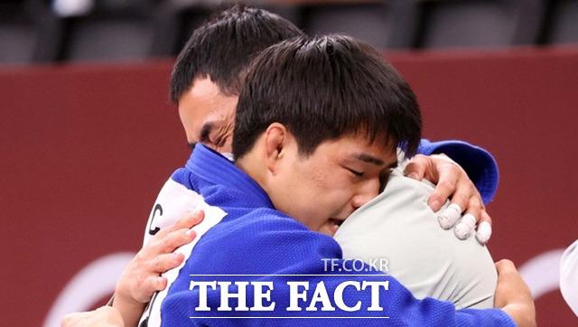 안창림이 동메달을 따낸 뒤 코치와 포옹을 하고 있다. / 도쿄=뉴시스