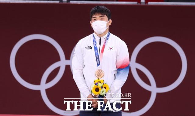 안창림이 26일 오후 도쿄 일본무도관에서 열린 2020 도쿄올림픽 유도 남자 73kg급 시상식에서 동메달을 목에 걸고 있다. / 도쿄=뉴시스