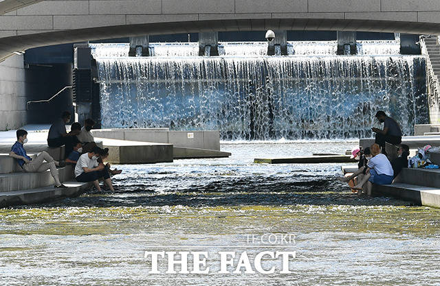 전국적으로 폭염특보가 발효된 26일 오후 서울 종로구 청계천에서 시민들이 더위를 피해 발을 담구고 있다. /윤웅 기자