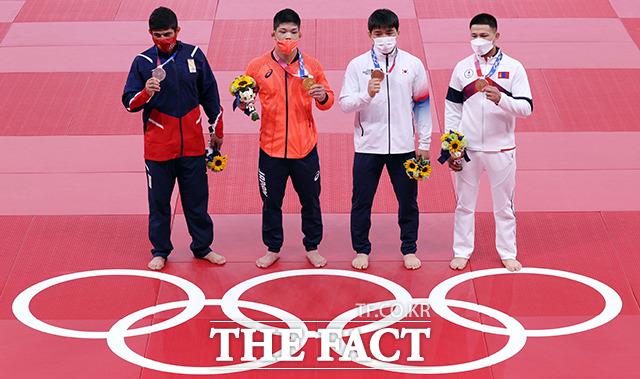 안창림이 시상식에서 동메달을 목에 건 뒤 메달리스트들과 기념촬영을 하고 있다. 왼쪽부터 은메달 조지아 라샤 샤브다투아슈빌리, 금메달 일본 오노 쇼헤이, 동메달 안창림. / 도쿄=뉴시스