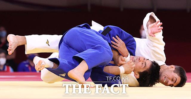 안창림이 2020 도쿄올림픽 유도 남자 73kg급 동메달 결정전 아제르바이잔의 루스탐 오루조프와의 경기에서 한팔업어치기로 절반을 따내고 있다. / 도쿄=뉴시스
