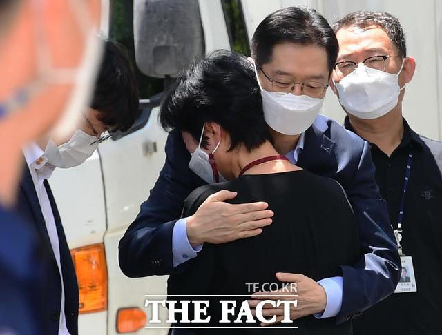 드루킹 댓글 조작 사건으로 징역 2년형이 확정된 김경수 전 경남지사가 26일 오후 창원교도소에 수감에 앞서 부인 김정순 씨와 포옹을 하며 마지막인사를 나누고 있다. /창원=뉴시스