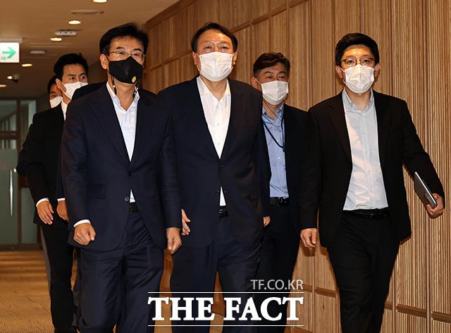 다음날 27일, 서울시청을 찾은 윤 전 총장.