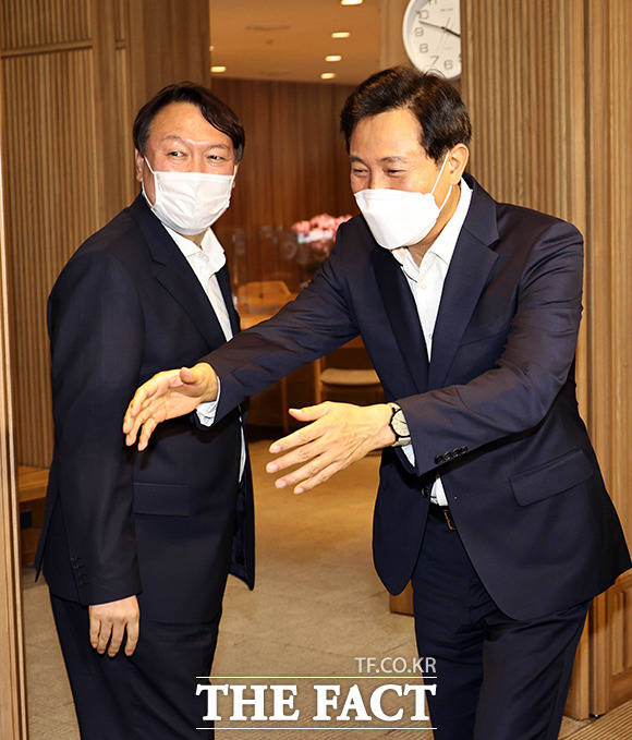 '인사 마치고 대화를 위해 시장 집무실로 이동하는 윤 전 총장과 오 시장.