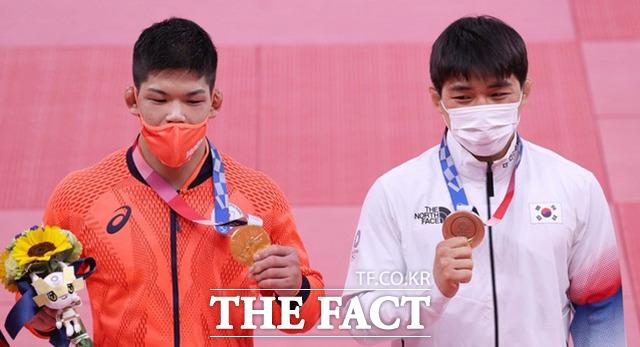 안창림이 유도 남자 73kg급 시상식에서 동메달을 목에 건 뒤 포즈를 취하고 있다. 왼쪽은 금메달을 차지한 일본 오노 쇼헤이. / 도쿄=뉴시스