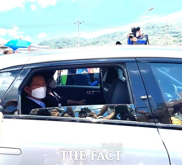 김경수 전 경남도지사가 승용차를 타고 교도소를 들어가는 중 도민들에게 가벼운 인사를 하고 있다./창원=강보금 기자