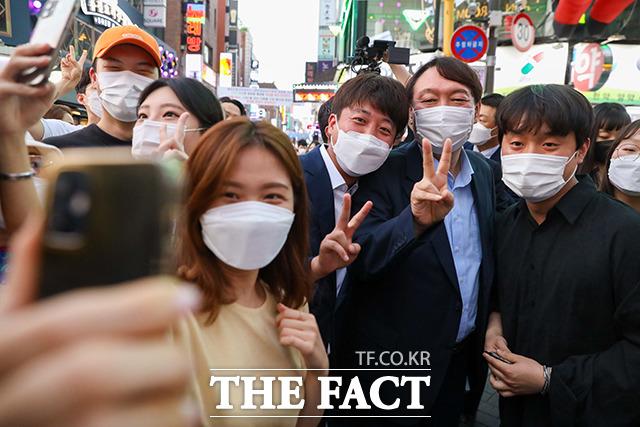 시민들과 화기애애한 시간 보내는 이 대표와 윤 전 총장. /사진=윤석열 캠프 제공