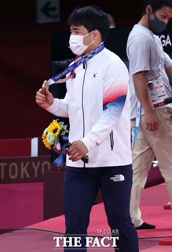 안창림이 시상식에서 동메달을 목에 걸고 이동하며 미소짓고 있다. / 도쿄=뉴시스