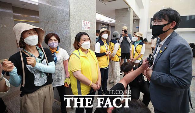 이병도 더불어민주당 서울시의원(오른쪽) 설명 듣는 유가족들 및 관계자들.
