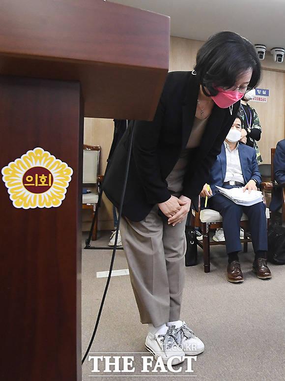 김현아 후보자가 인사청문회에 출석해 인사를 하는 가운데, 김 후보자의 운동화가 눈길을 끌고 있다.