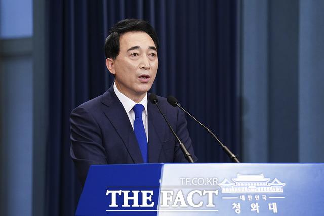 박수현 청와대 국민소통수석이 27일 오전 11시 춘추관에서 남북 간 통신 연락선 복원 관련 브리핑을 하고 있다. /청와대 제공
