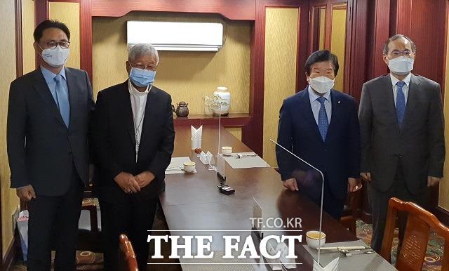 """박병석 국회의장(사진 오른쪽에서 두 번째)이 한국인 최초로 교황청 성직자성 장관에 임명된 유흥식 대주교(사진 왼쪽에서 두 번째)와의 오찬간담회에서 """"지속가능한 남북관계의 발전과 남북정상회담 합의 사항 이행을 위해 국회가 뒷받침 할 것""""이라고 밝혔다. / 대전 = 김성서 기자"""