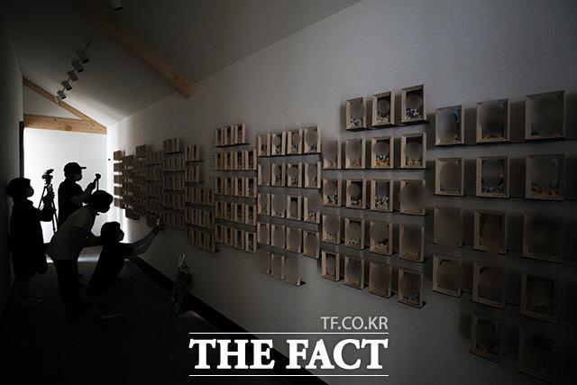 광화문광장 세월호 기억공간에 마련된 희생자들의 사진.