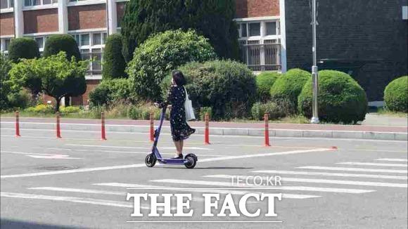 경북대 교내에서는 공유 전동킥보드를 이용하는 학생들 중에 헬멧을 쓰고 주행하는 모습은 찾아볼 수 없었다. 지난 5월 13일 도로교통법 개정 첫날 경북대학교 / 대구 = 박성원 기자