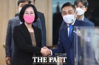노식래 위원장과 악수하는 김현아 후보자 [포토]