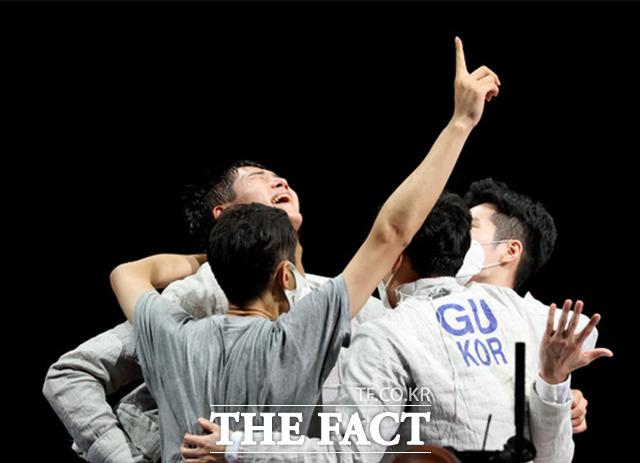 대한민국 펜싱 사브르 국가대표팀이 28일 오후 일본 지바 마쿠하리 메세에서 열린 펜싱 사브르 단체 결승전 이탈리아와의 경기에서 금메달을 획득하며 기뻐하고 있다. /도쿄=뉴시스