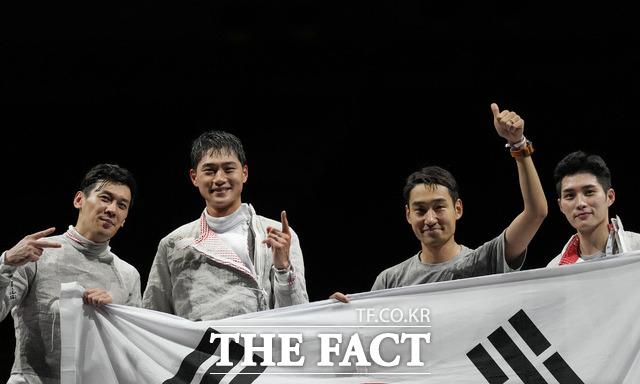 한국 펜싱 남자 사브르 대표팀이 28일 일본 지바의 마쿠하리 메세에서 열린 대회 남자 사브르 단체전 결승에서 이탈리아에 45-26으로 승리, 올림픽 2연패 달성에 성공했다. /지바=뉴시스