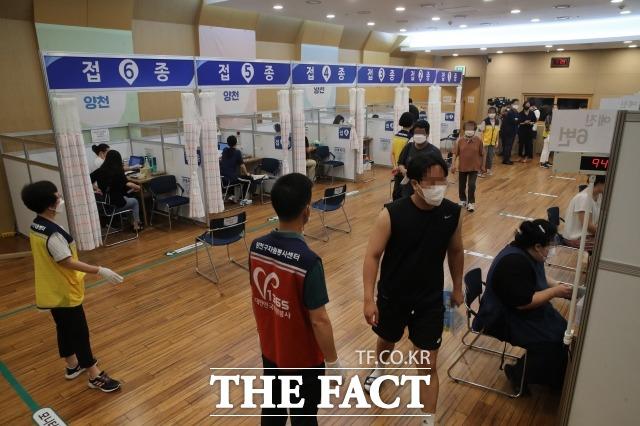 고3 학생 및 고교 교직원 백신 접종'이 시작된 지난 19일 서울 양천구 해누리 타운에서 일반접종 대상자들과 고3학생 교직원들이 접종을 하는 모습. /사진공동취재단