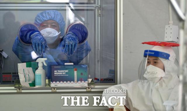 28일 오전 대구 달서구 보건소 선별진료소에서 의료진이 더위를 식히며 검사자를 기다리고 있다. /대구=뉴시스