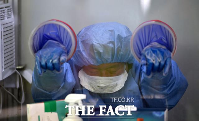 28일 오전 대구 달서구 보건소 선별진료소에서 의료진이 더위에 지친 모습을 보이고 있다. /대구=뉴시스