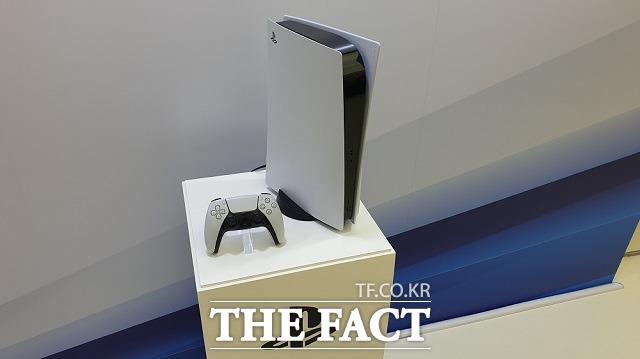 지난해 10월 28일 국내 미디어에 처음 공개된 플레이스테이션5. 이 기기는 울트라 HD 블루레이 디스크 드라이브가 장착된 스탠더드 모델과 디스크 드라이브가 없는 디지털 모델 2개의 옵션으로 출시됐다. /최승진 기자
