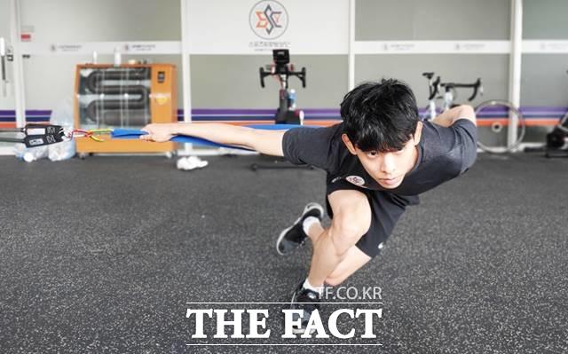 밴쿠버올림픽 2관왕 이정수가 스피드스케이팅으로 종목을 바꿔 올림픽에 도전하기 위해 근력 운동을 하고 있다./스포츠토토빙상단 제공