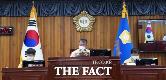 울진군의회는 제249회 임시회를 개최해 특별회원회 구성 및 위원장 간사 선임과, 집행부에서 제출한 자활기금 운용 변경계획안을 승인하고 군수 및 실과장을 상대로 군정질의를 했다. /울진군의회제공