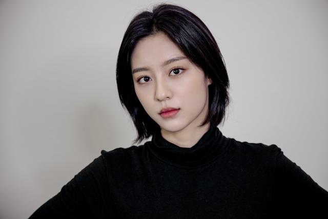강민아는 최근 종영한 KBS2 멀리서 보면 푸른 봄에서 김소빈 역을 맡아 열연을 펼쳤다. 그는 평범한 대학생의 아픔과 성장을 그려내며 극을 이끌었다. /H&엔터테인먼트 제공