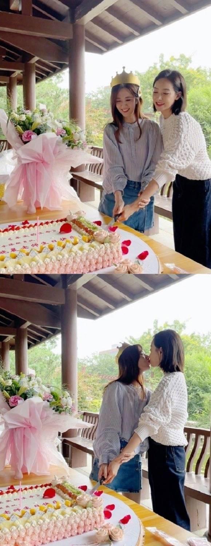 중국에서 활동하고 있는 그룹 에프엑스 출신 빅토리아(오른쪽)가 중국 여배우와 입술에 뽀뽀하는 사진이 공개되며 커밍아웃을 한 게 아니냐는 논란이 이어지고 있다. 사진은 중국 배우 왕샤오천(왼쪽)이 지난 25일 자신의 SNS에 올린 게시물 중 일부. /왕샤오천 웨이보 캡처