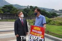 '1인 시위' 정진석 찾은 최재형,