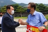'청와대 앞 드루킹 1인 시위' 정진석 격려하는 윤석열 [TF사진관]